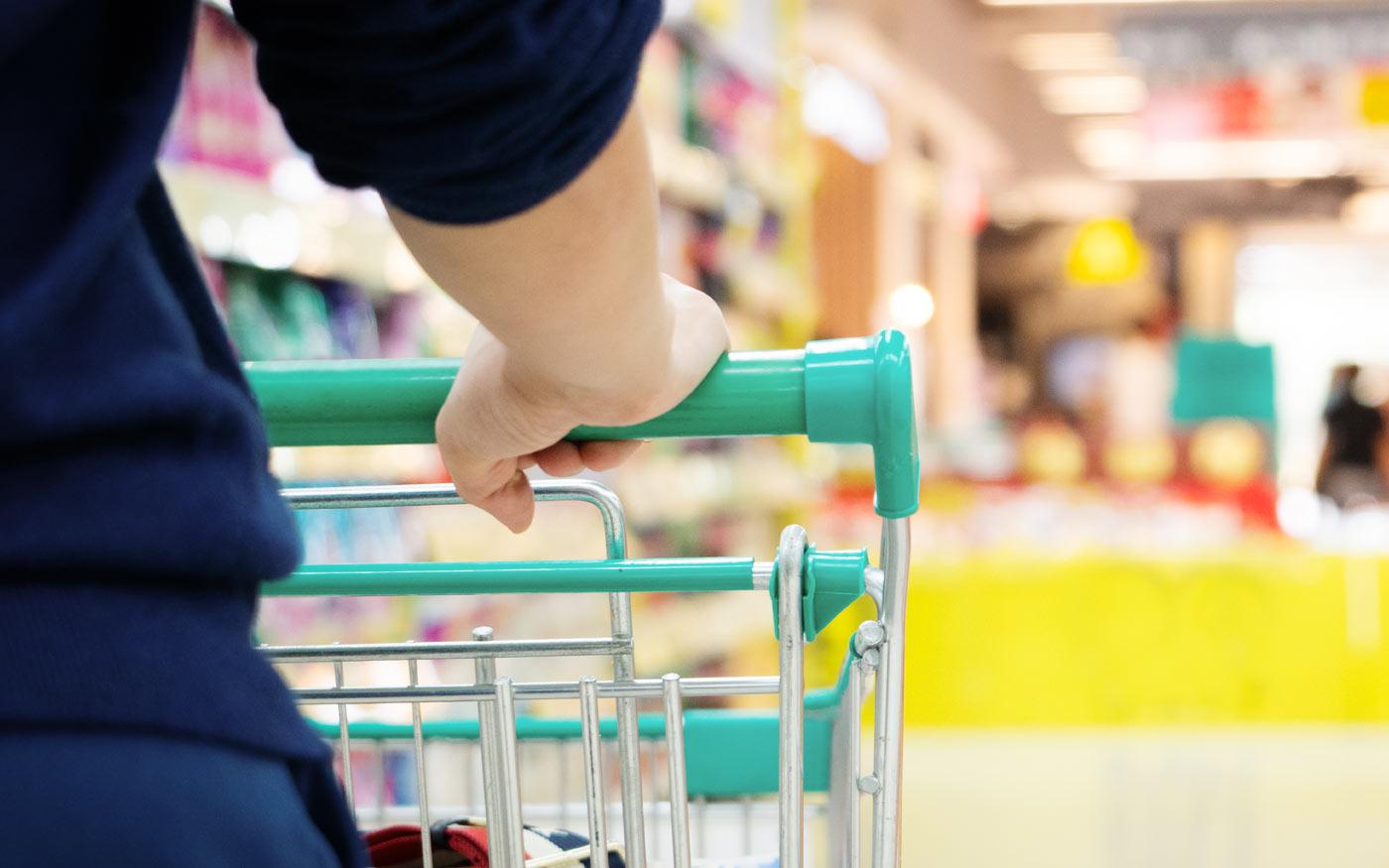 Biztonsági intézkedésekkel működnek a nagy élelmiszerüzletek