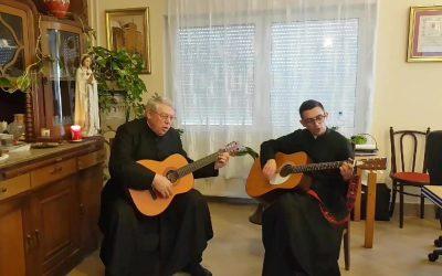 Gitárt ragadtak katolikus papjaink