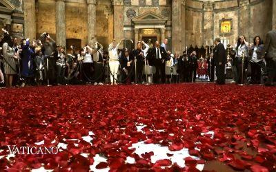 Élőben láthatja, ahogyan Rómában vörös rózsaszirmok hullanak az égből