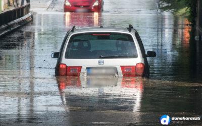 Vízzel telt meg a vasúti aluljáró Dunaharasztin, egy autó benn maradt