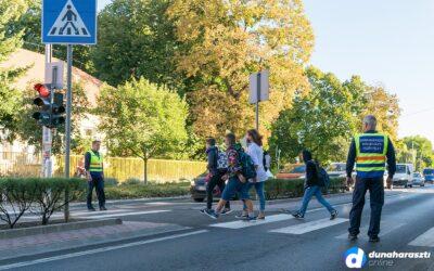 Odafigyelnek az iskolába igyekvő gyerekek biztonságára