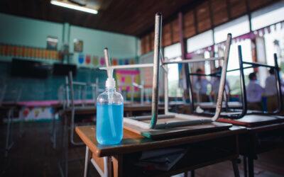 Szigorít az iskolai járványellenes szabályokon az EMMI