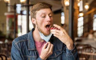 Hétfőtől csak evés és ivás idejére vehető le a maszk a vendéglátóhelyeken