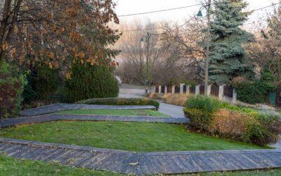 Kedves tér bújik meg a dunaharaszti Szent István templom mögött