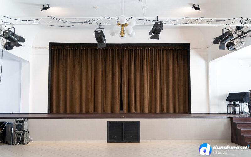 Nagyobb és modernebb színpaddal várja az újranyitást a József Attila Művelődési Ház Dunaharasztin, fotó: dho
