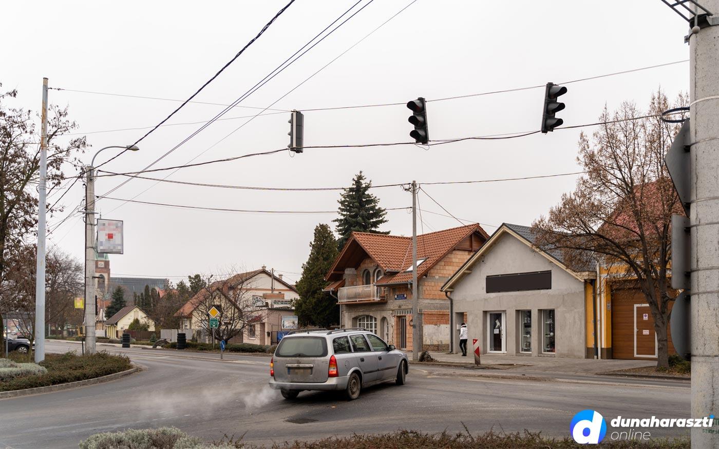 Még két hónapon át nem működnek a jelzőlámpák Dunaharaszti forgalmas kereszteződésében