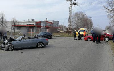 Két drága autó karambolozott Dunaharasztin