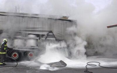 Lángoló kamion az M0-áson
