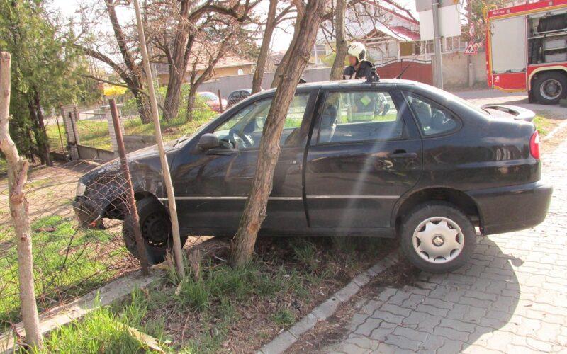 Útmenti kerítésbe csapódott autó Szigetszentmiklóson, forrás: PMKI Szigetszentmiklós HTP