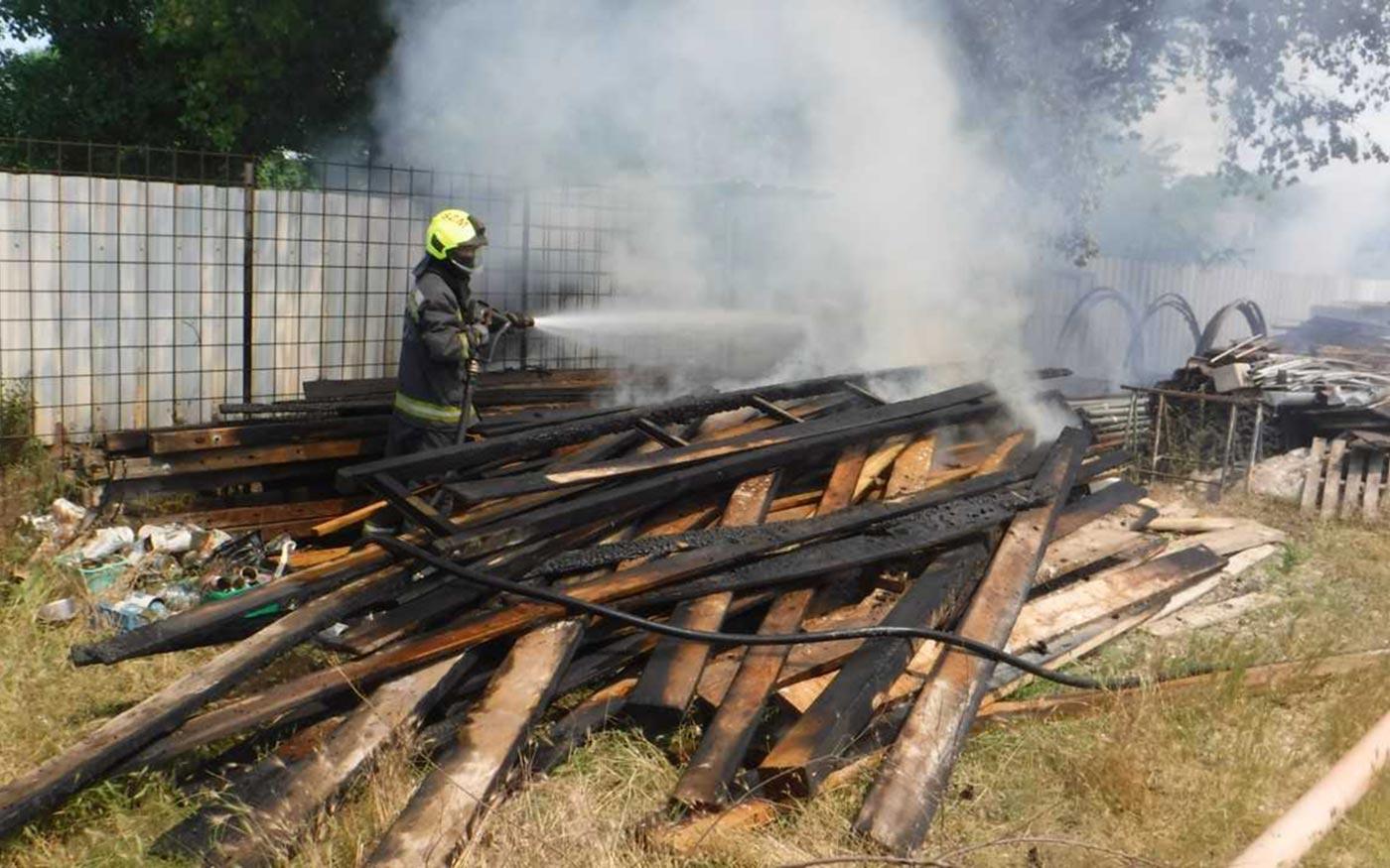 Gaz és felhalmozott építőanyag lángolt Dunaharasztin
