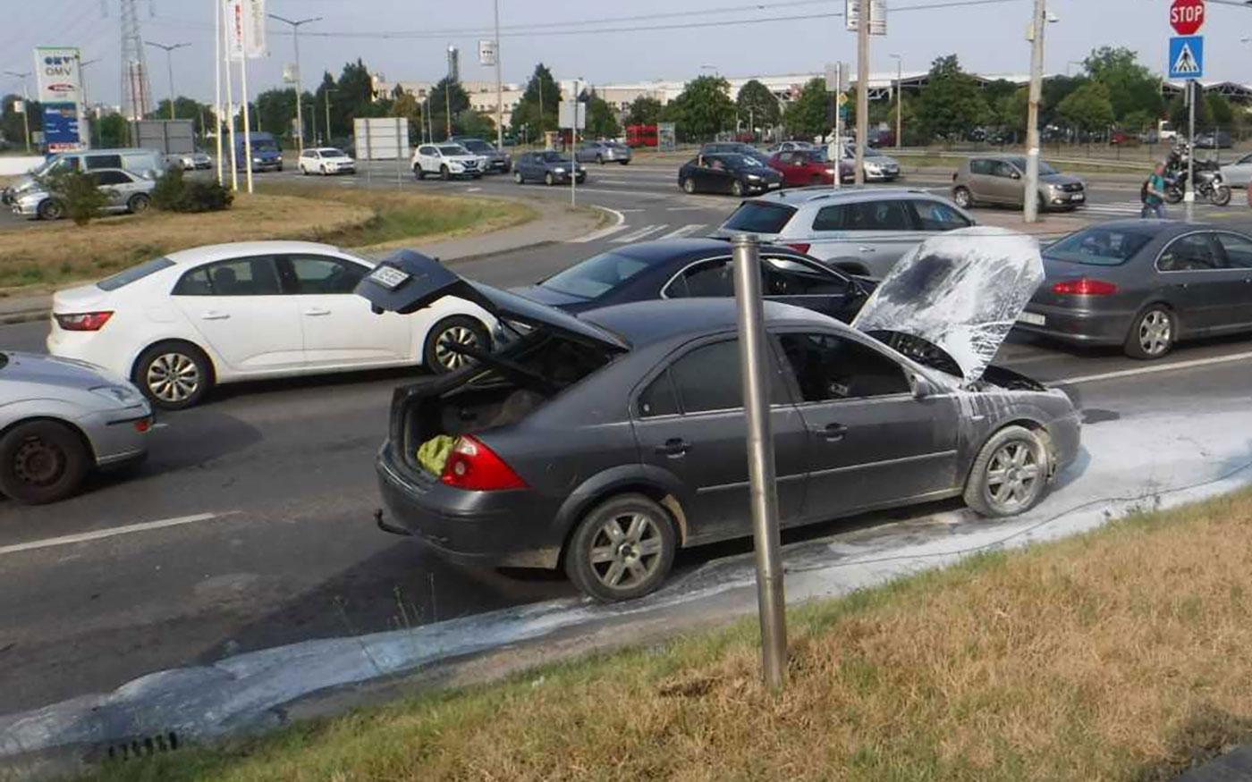 Autó lángolt Dunaharasztin