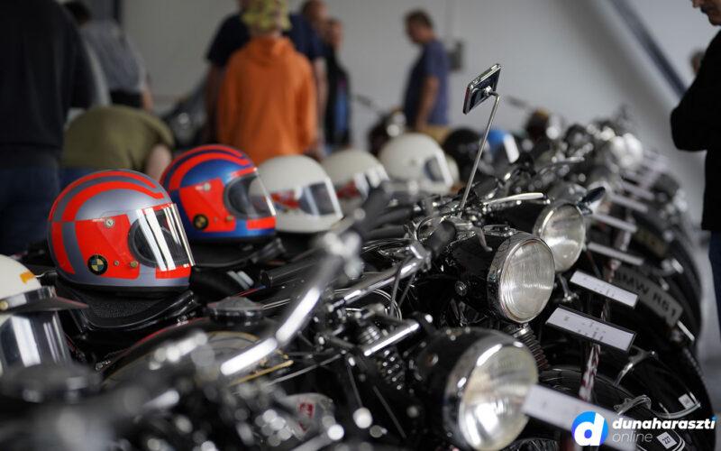 Veterán motorkerékpárok katonás sorban. fotó: dho