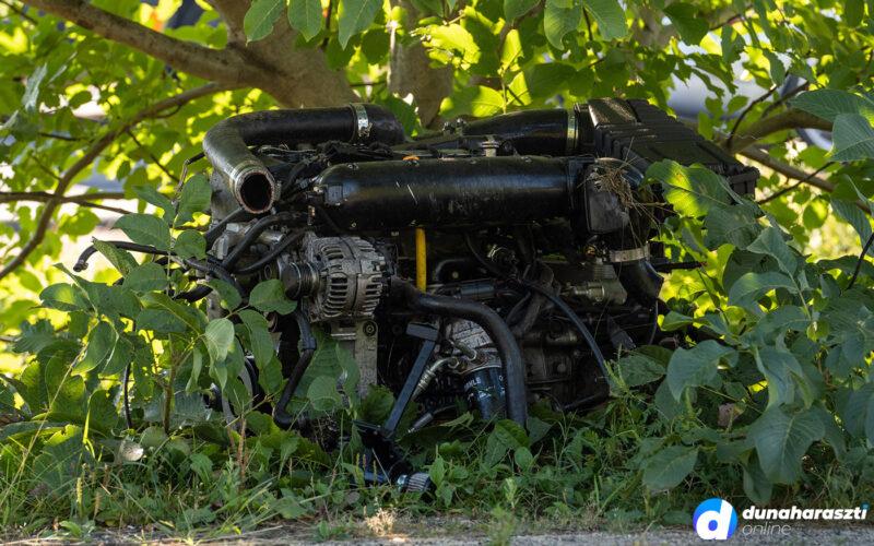 Kirepült az egyik autó motorblokkja. fotó: dho