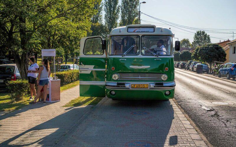 Retró busz viszi a kíváncsiakat. fotó: olvasói kép